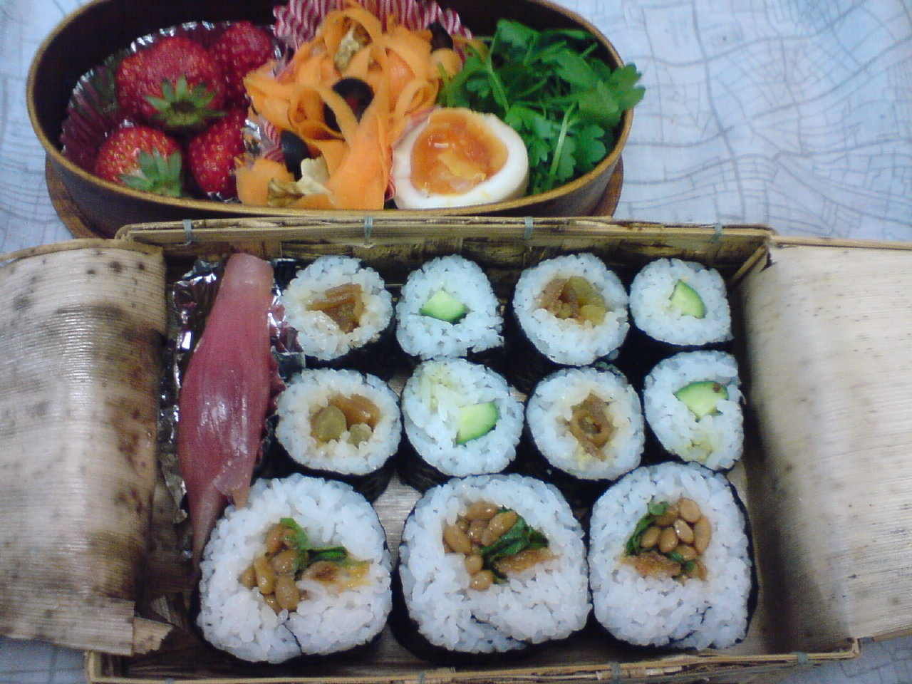today s lunch box bento 10 39 vegan sushi rolls bento. Black Bedroom Furniture Sets. Home Design Ideas