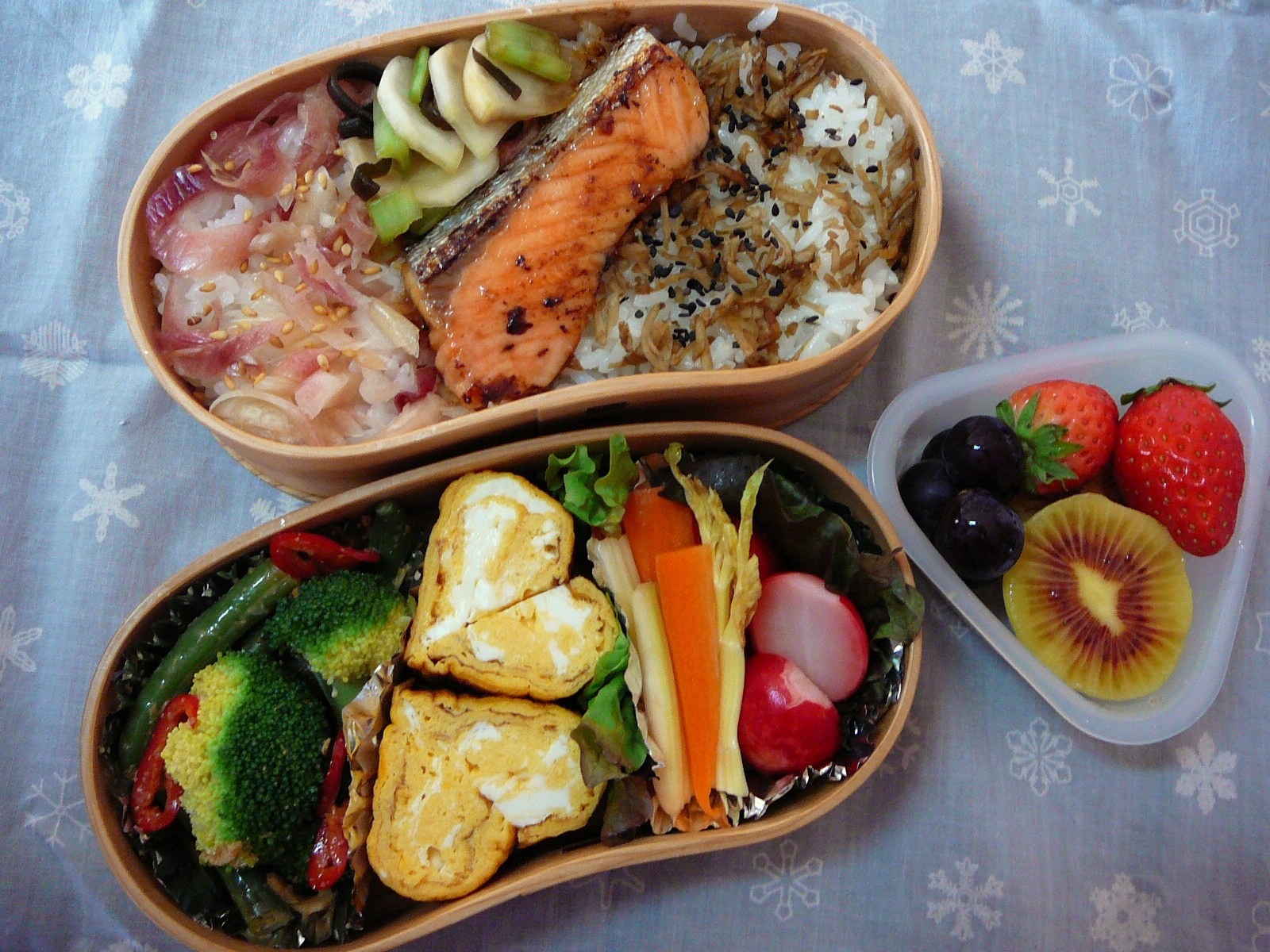today s lunch box bento 10 83 a tale of two sak s bento shizuoka gourmet. Black Bedroom Furniture Sets. Home Design Ideas