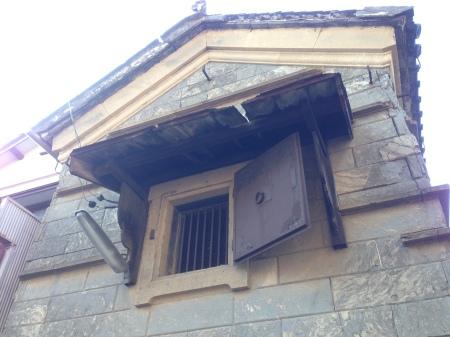 石積みの蔵-窓1