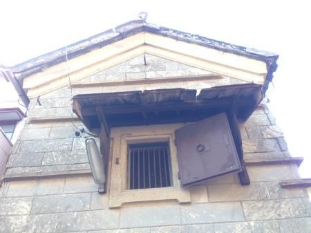 石積みの蔵-窓2