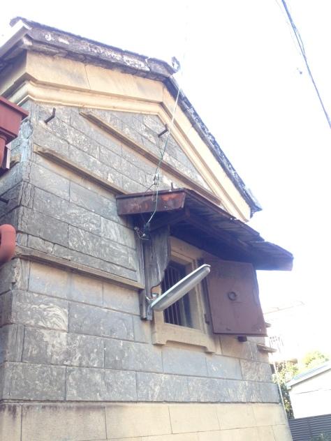 石積みの蔵-窓3