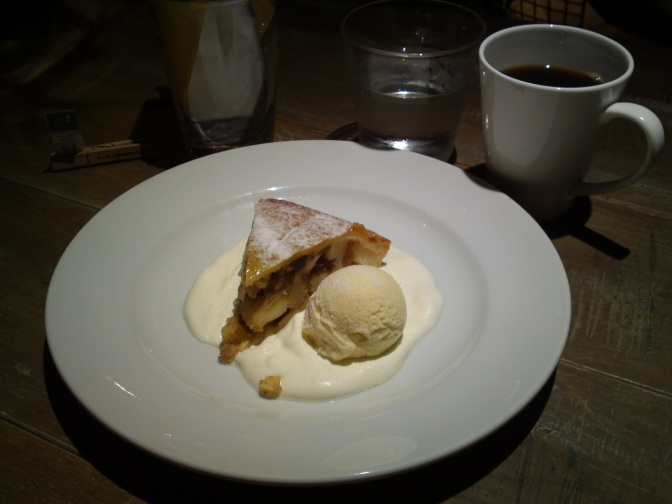 American Dessert: BBC Apple Pie at BLUE BOOKS Cafe in Shizuoka City!